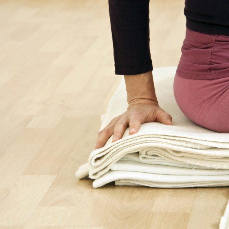 Frau macht Asana im Iyengar Yoga